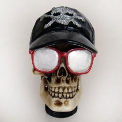 سر دنده اسکلتی عینک و کلاه دار
